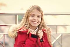 Meisje met blonde lange haarglimlach openlucht royalty-vrije stock foto
