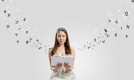 Meisje met boek Royalty-vrije Stock Foto's