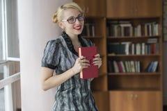 Meisje met boek Royalty-vrije Stock Afbeeldingen