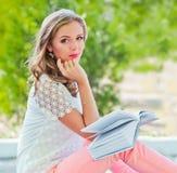 Meisje met boek in de tuin Royalty-vrije Stock Foto's