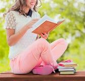Meisje met boek in de tuin Royalty-vrije Stock Afbeelding