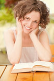 Meisje met boek in openlucht Stock Afbeeldingen