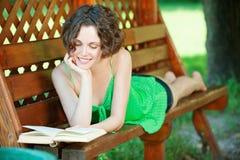 Meisje met boek in openlucht Stock Afbeelding