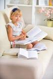Meisje met boeken stock foto's