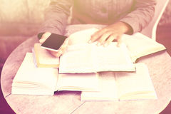 Meisje met boeken en celtelefoon, uitstekend kleureneffect Stock Fotografie
