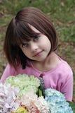 Meisje met boeket stock afbeelding
