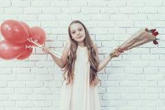 Meisje met Boeket en Baloons die zich in Zaal bevinden stock foto's