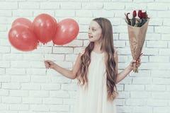 Meisje met Boeket en Baloons die zich in Zaal bevinden stock afbeeldingen