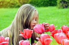 Meisje met boeket - gelukkig meisje Stock Foto's