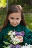 Meisje met Boeket van Lilac Bloemen in Tuin Royalty-vrije Stock Afbeeldingen