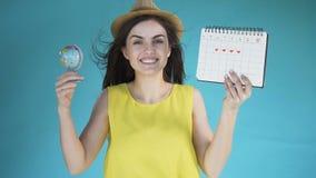 Meisje met bol en kalender stock videobeelden