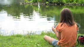 Meisje met boot met afstandsbediening stock videobeelden