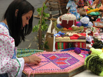 Meisje met borduurwerk Stock Foto's
