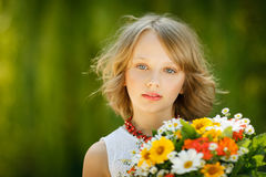 Meisje met bos van wildflowers in openlucht Stock Foto