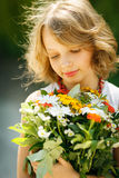 Meisje met bos van wildflowers in openlucht Stock Afbeeldingen