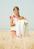 Meisje met brood bij gebied royalty-vrije stock afbeeldingen