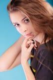Meisje met bruin lang gezond los haar Royalty-vrije Stock Afbeeldingen