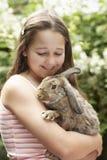 Meisje met Bunny Rabbit Stock Afbeelding