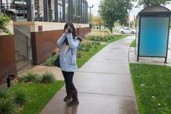Meisje met camer op openbare zijgang Royalty-vrije Stock Afbeeldingen