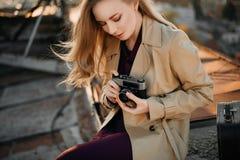 Meisje met camera op het dak stock afbeelding