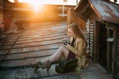 Meisje met camera op het dak royalty-vrije stock fotografie