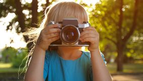Meisje met camera op zonsondergang stock video