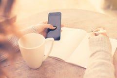 Meisje met celtelefoon en agenda Stock Foto