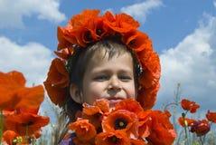 Meisje met chaplet van papavers Royalty-vrije Stock Foto's