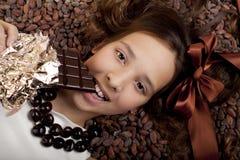 Meisje met chocolade royalty-vrije stock afbeeldingen