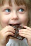 Meisje met chocolade stock foto's