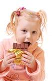 Meisje met chocolade dat op wit wordt geïsoleerde Stock Afbeeldingen