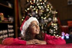 Meisje met christashoed op zwarte Royalty-vrije Stock Afbeeldingen