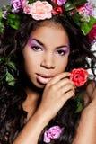 Meisje met circlet van bloemen Stock Foto's