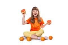 Meisje met citrusvrucht Royalty-vrije Stock Afbeeldingen
