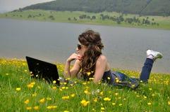 Meisje met computer Stock Afbeelding