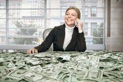 Meisje met contant geld stock afbeeldingen