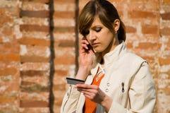 Meisje met creditcard en mobiele telefoon Stock Fotografie