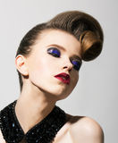 Verbeelding. Heldere Jonge Vrouw met de Blauwe Make-up van het Oog van de Vakantie en Feestelijk Kapsel Stock Afbeeldingen