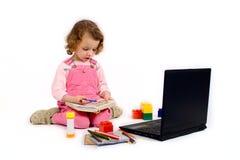 Meisje met de computer stock afbeelding