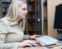 Meisje met de computer Stock Fotografie