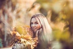 Meisje met de herfstboeket Royalty-vrije Stock Fotografie