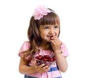 Meisje met de kom geïsoleerdj van kersenbessen in studio Stock Foto