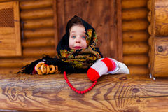Meisje met de ongezuurde broodjeswinter Stock Foto