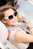 Meisje met de wegkaart in de auto Stock Foto's