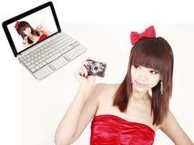Meisje met digitale camera Stock Afbeelding