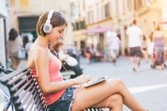 Meisje met digitale tablet royalty-vrije stock fotografie