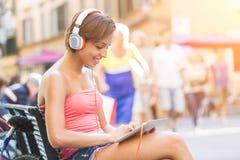 Meisje met digitale tablet stock fotografie