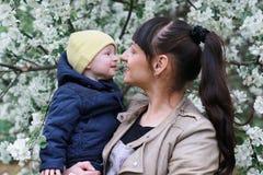 Meisje met dochter in een tuin van de de lenteappel Royalty-vrije Stock Foto