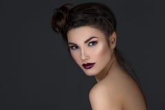 Meisje met donkere lippen royalty-vrije stock foto