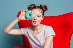Meisje met donuts Royalty-vrije Stock Afbeeldingen